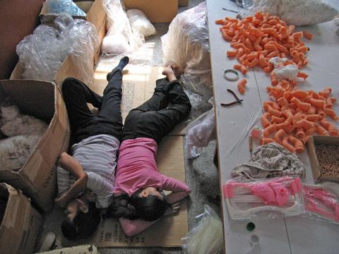 fotografias michael wolf que demuestran la esclavitud china en las fabricas de juguetes 15