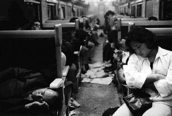 fotografos que muestran la cotidianidad mas extrana e hipnotica de japon 7
