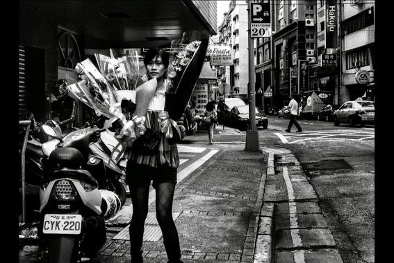 fotografos que muestran la cotidianidad mas extrana e hipnotica de japon 9