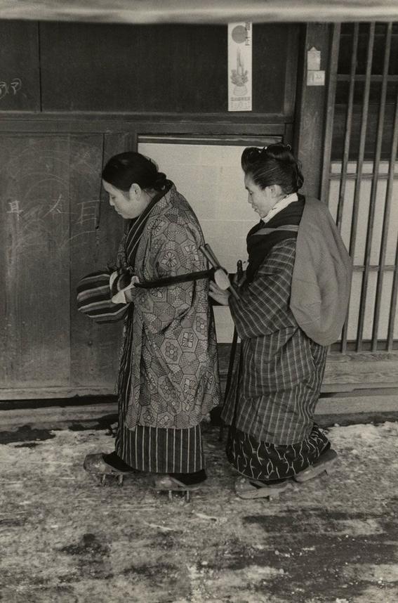 fotografos que muestran la cotidianidad mas extrana e hipnotica de japon 11