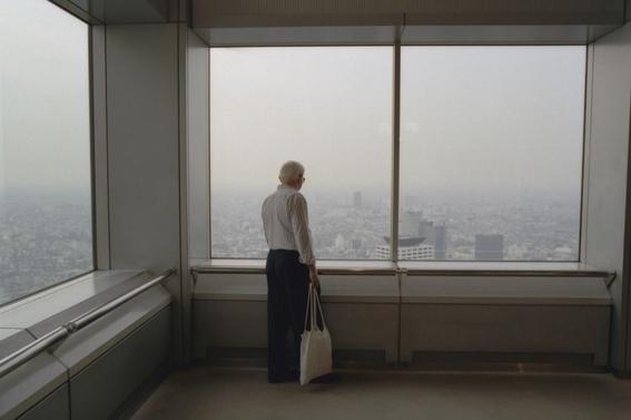 fotografos que muestran la cotidianidad mas extrana e hipnotica de japon 16