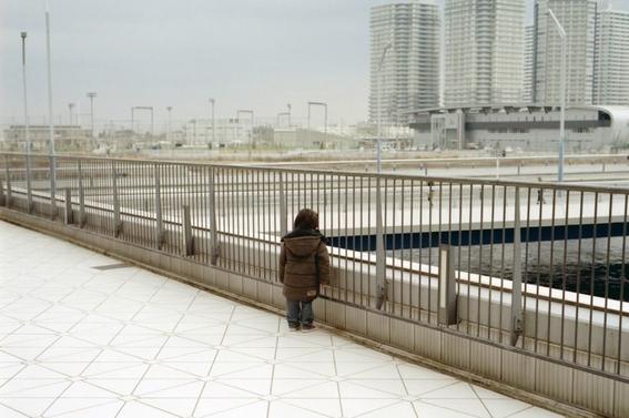 fotografos que muestran la cotidianidad mas extrana e hipnotica de japon 18