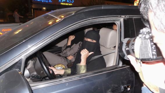 mujeres de arabia saudita manejan por primera vez 4