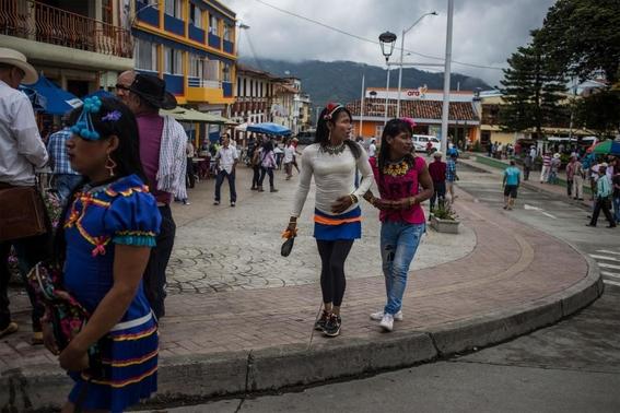 fotografias de lena mucha sobre la vida de las indigenas trans en colombia 5