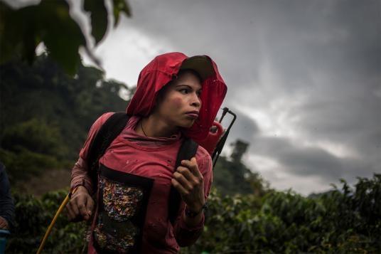 fotografias de lena mucha sobre la vida de las indigenas trans en colombia 2