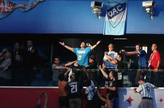como ven los argentinos a diego armando maradona 2