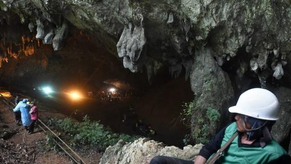 rescatistas encuentran a equipo de futbol de ninos atrapados en una cueva 1