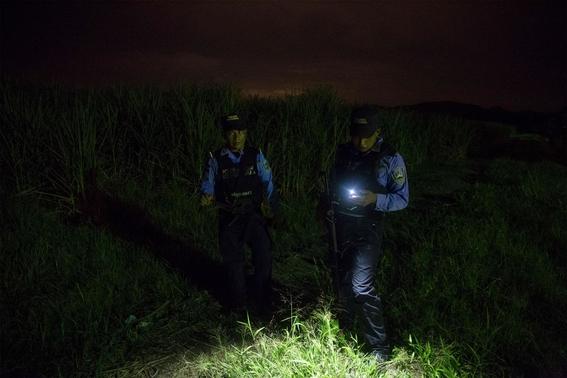 fotografias de tomas ayuso sobre como un nino puede llegar a convertirse en criminal en las calles de honduras 2