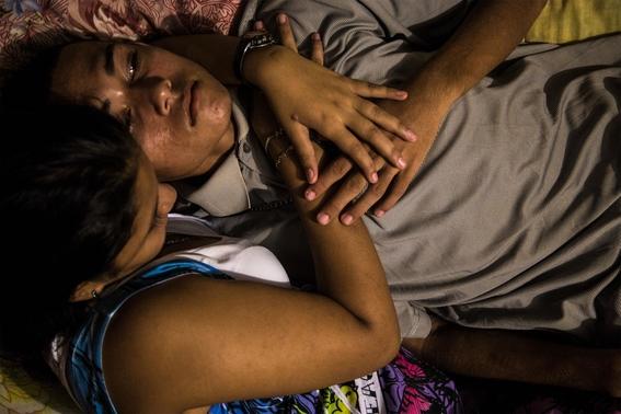 fotografias de tomas ayuso sobre como un nino puede llegar a convertirse en criminal en las calles de honduras 6