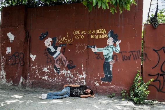 fotografias de tomas ayuso sobre como un nino puede llegar a convertirse en criminal en las calles de honduras 8