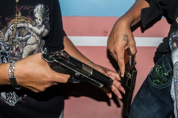 fotografias de tomas ayuso sobre como un nino puede llegar a convertirse en criminal en las calles de honduras 10
