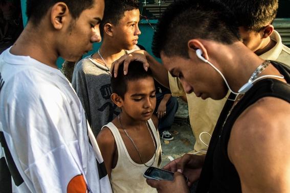 fotografias de tomas ayuso sobre como un nino puede llegar a convertirse en criminal en las calles de honduras 5
