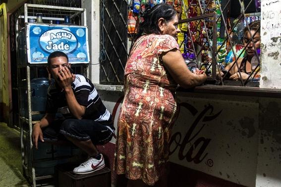 fotografias de tomas ayuso sobre como un nino puede llegar a convertirse en criminal en las calles de honduras 7