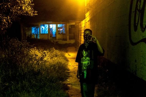 fotografias de tomas ayuso sobre como un nino puede llegar a convertirse en criminal en las calles de honduras 11