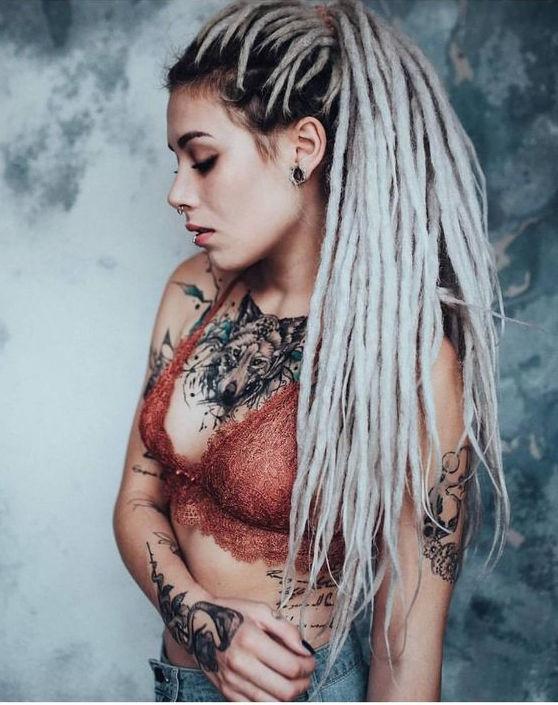 looks que puedes intentar para lucir tu tatuaje en la clavicula 5