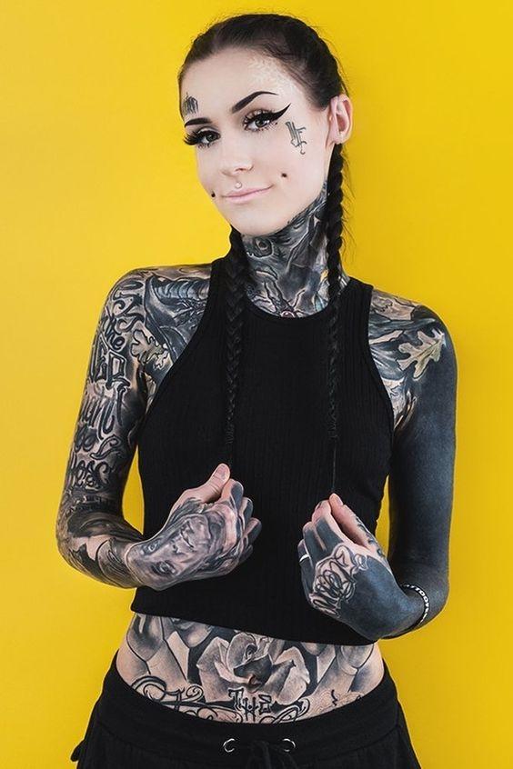 looks que puedes intentar para lucir tu tatuaje en la clavicula 14