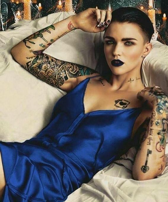 looks que puedes intentar para lucir tu tatuaje en la clavicula 6