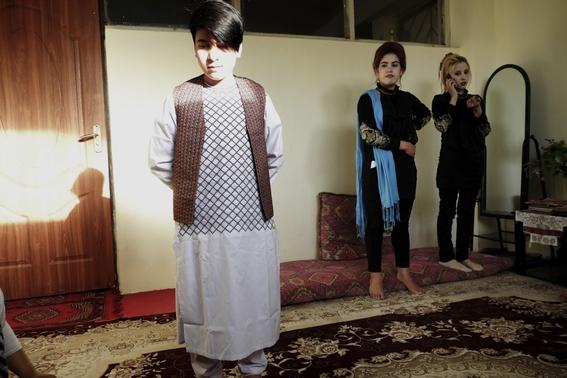 fotografias de loulou daki sobre las ninas travestidas en afganistan 1