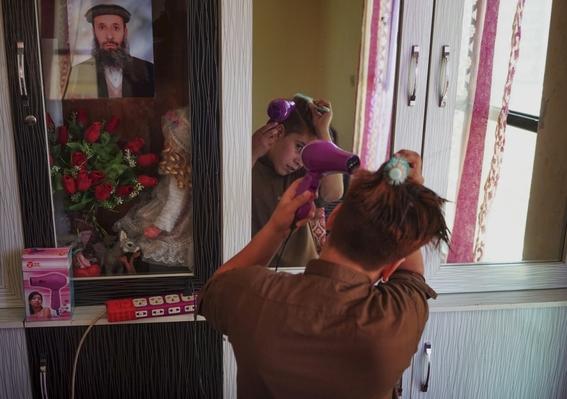 fotografias de loulou daki sobre las ninas travestidas en afganistan 10