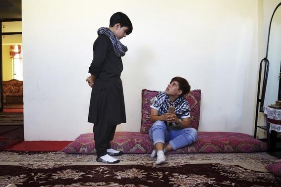 fotografias de loulou daki sobre las ninas travestidas en afganistan 20