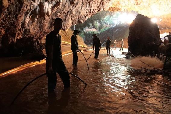 rescatan a ninos y entrenador de cueva inundada en tailandia 1