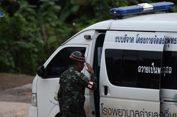 rescatan a ninos y entrenador de cueva inundada en tailandia 2