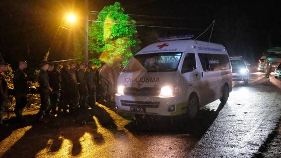 rescatan a ninos y entrenador de cueva inundada en tailandia 3