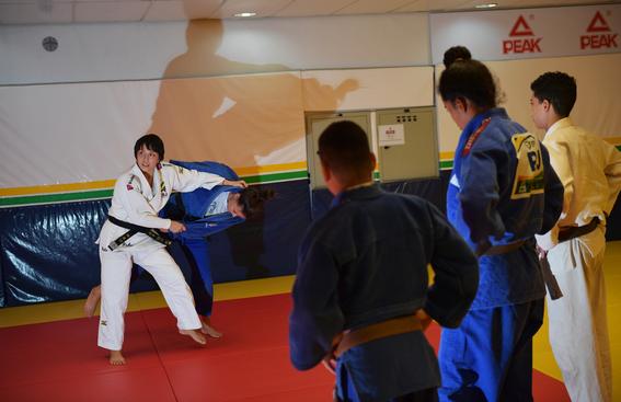 yuko fuji es la primera entrenadora de judo del equipo masculino de judo en brasil 2