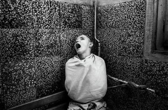 fotografias de george georgiou que retratan la crueldad vivida en un manicomio infantil 1