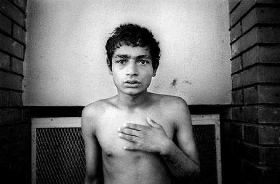 fotografias de george georgiou que retratan la crueldad vivida en un manicomio infantil 2