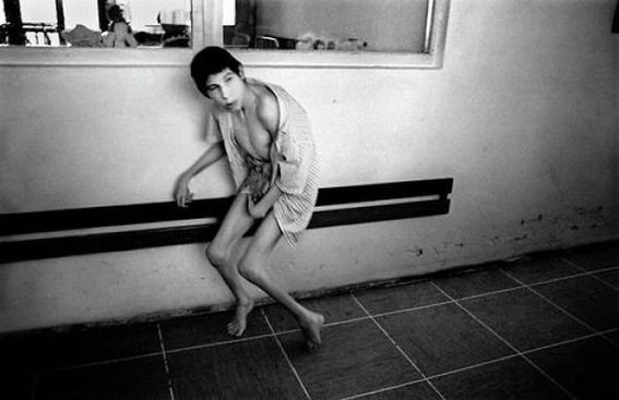 fotografias de george georgiou que retratan la crueldad vivida en un manicomio infantil 3