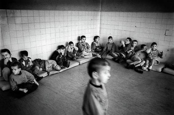 fotografias de george georgiou que retratan la crueldad vivida en un manicomio infantil 5