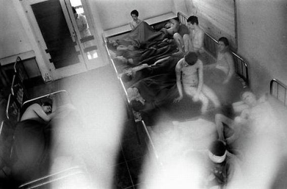 fotografias de george georgiou que retratan la crueldad vivida en un manicomio infantil 6