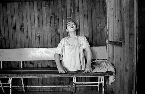 fotografias de george georgiou que retratan la crueldad vivida en un manicomio infantil 7