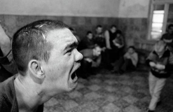 fotografias de george georgiou que retratan la crueldad vivida en un manicomio infantil 8