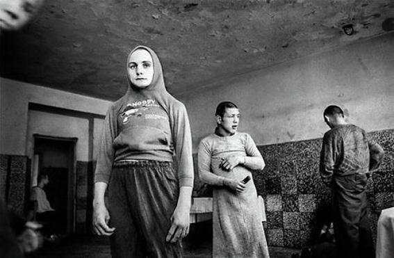 fotografias de george georgiou que retratan la crueldad vivida en un manicomio infantil 9