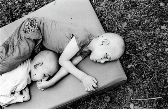 fotografias de george georgiou que retratan la crueldad vivida en un manicomio infantil 11