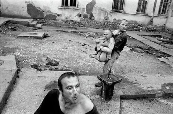 fotografias de george georgiou que retratan la crueldad vivida en un manicomio infantil 12
