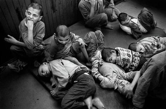 fotografias de george georgiou que retratan la crueldad vivida en un manicomio infantil 14