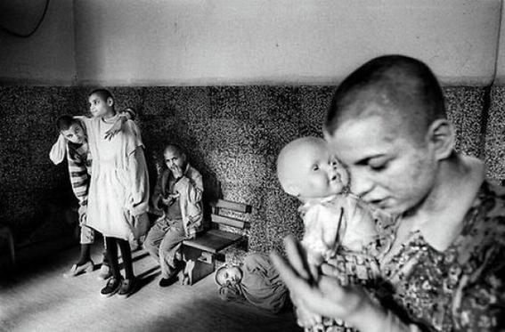 fotografias de george georgiou que retratan la crueldad vivida en un manicomio infantil 15