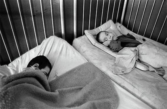 fotografias de george georgiou que retratan la crueldad vivida en un manicomio infantil 18