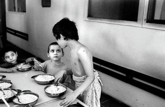 fotografias de george georgiou que retratan la crueldad vivida en un manicomio infantil 19