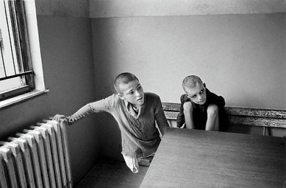 fotografias de george georgiou que retratan la crueldad vivida en un manicomio infantil 21