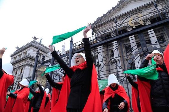 mujeres en argentina protestan vestidas como en the handmaids tale 1