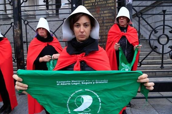 mujeres en argentina protestan vestidas como en the handmaids tale 2