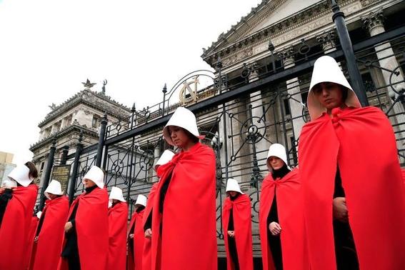 mujeres en argentina protestan vestidas como en the handmaids tale 3