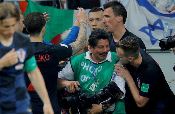 el fotografo aplastado en el mundial durante el festejo de croacia 1