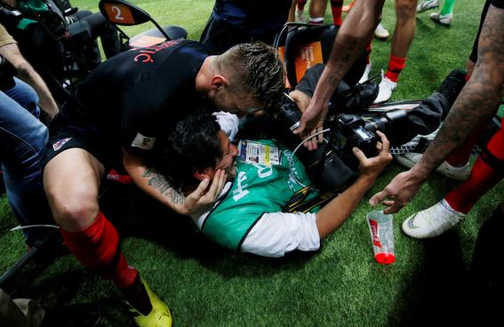el fotografo aplastado en el mundial durante el festejo de croacia 2
