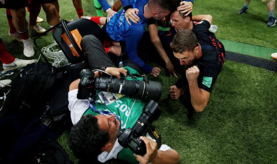 el fotografo aplastado en el mundial durante el festejo de croacia 4