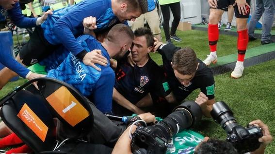 el fotografo aplastado en el mundial durante el festejo de croacia 9